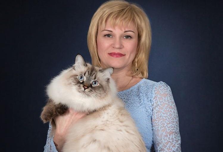 Женщина с кошкой на руках