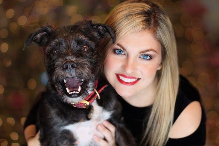 Девушка с черной собакой