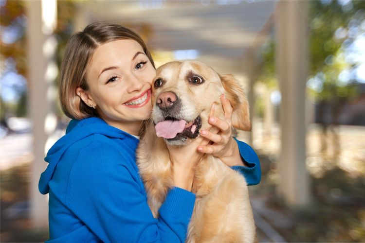 Девушка обнимает собаку