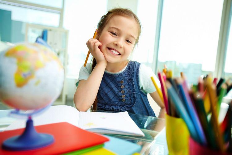 Девочка с карандашами