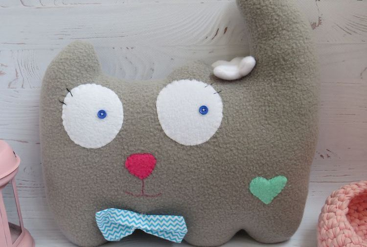 Подушка-кошка из серого флиса