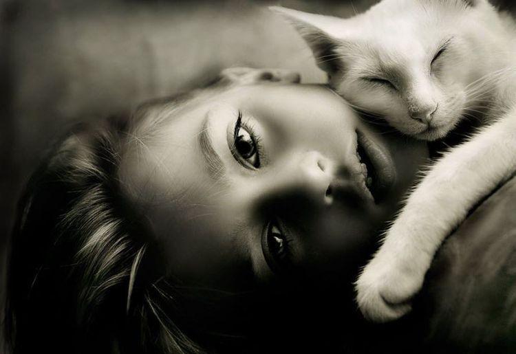 Кошка спит на девочке