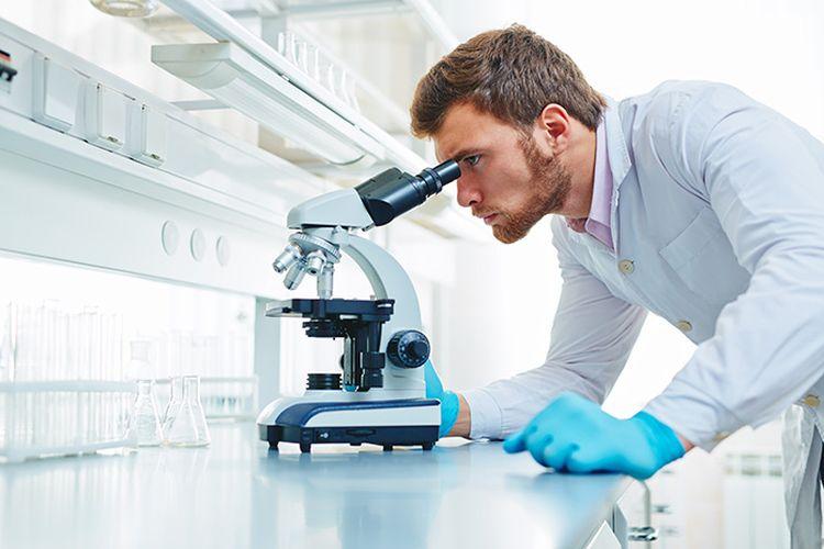 Лаборант у микроскопа
