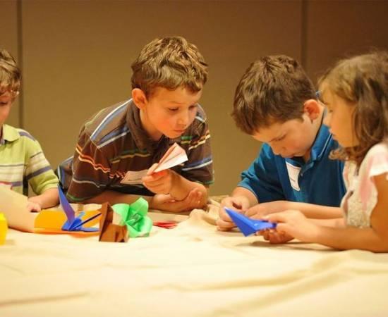 Дети делают оригами из бумаги