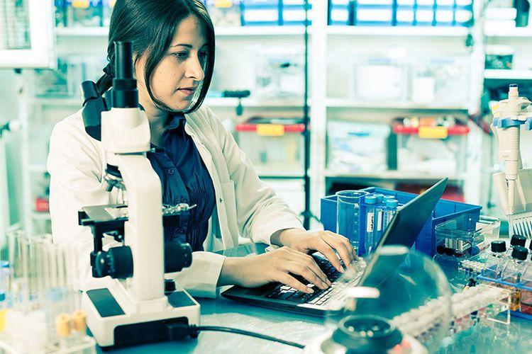 Лаборант в лаборатории